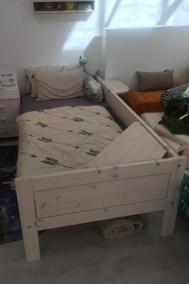 Kinderbett LIFETIME mit Hängeablage und Eckablage